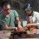 Une artiste-décoratrice, en formation de tournage auprès de le céramiste français Julien Mazard