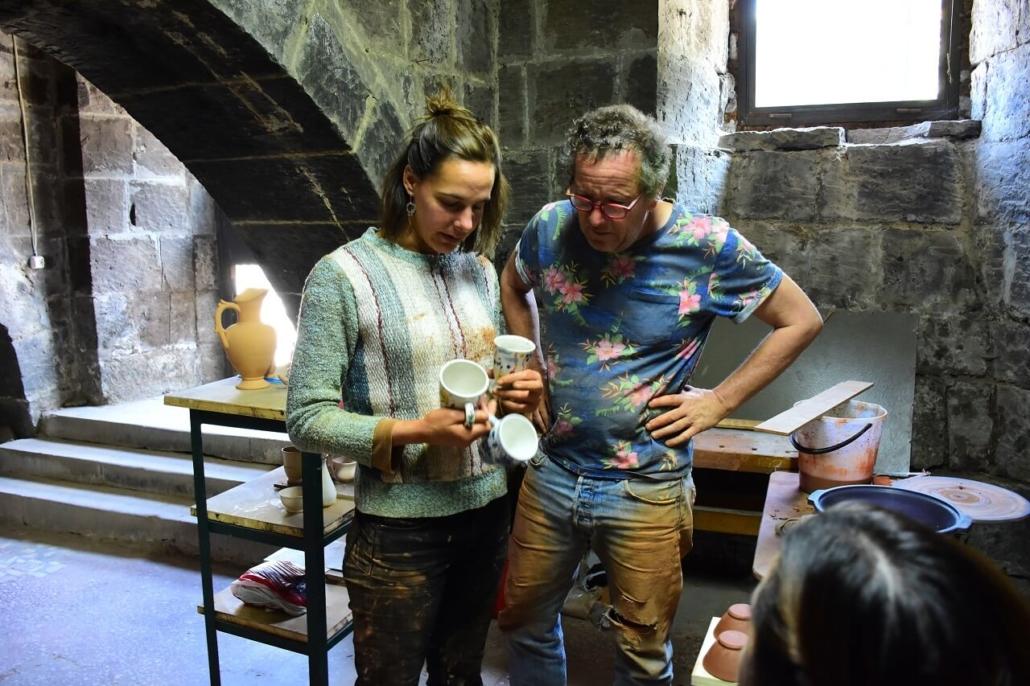 Emilie Brouin et Marc Giroudon inspectant les poteries