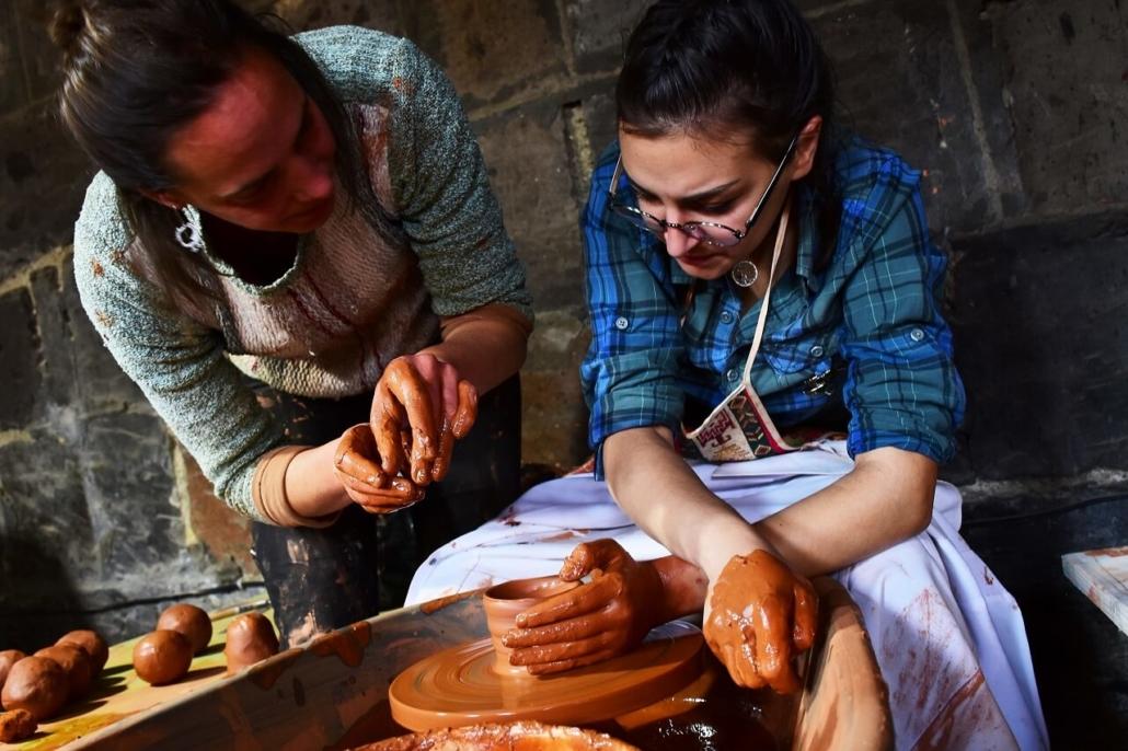 Emilie Brouin en train de former une céramiste de l'atelier