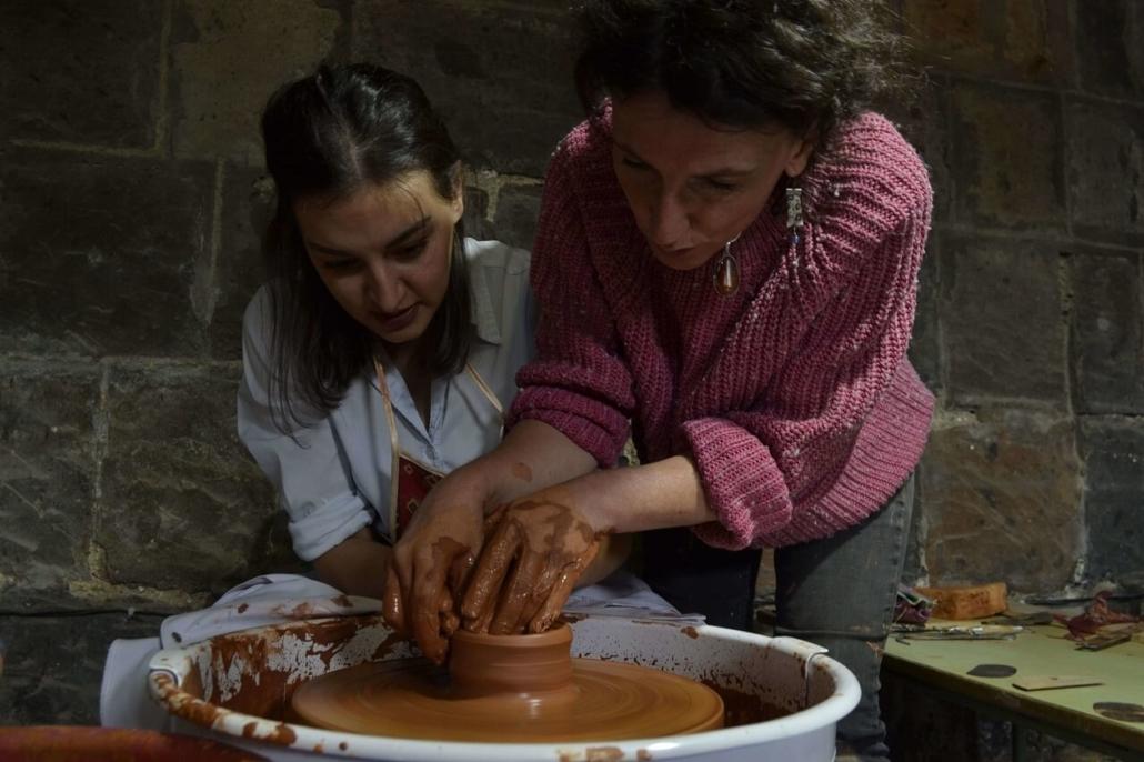 Une céramiste de l'atelier de Gumri en formation avec Estelle Richard