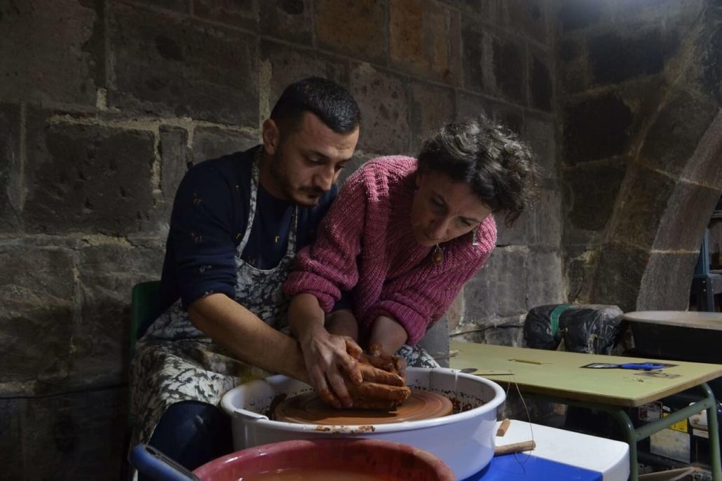 Un céramiste de l'atelier de Gumri en formation avec Estelle Richard