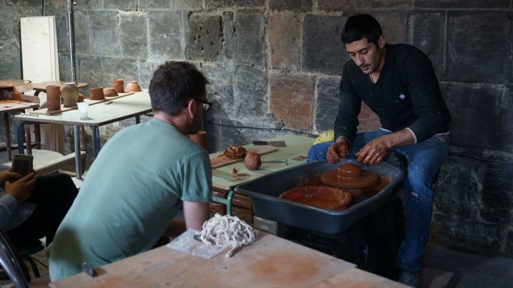 Un céramiste de l'atelier de Gumri en formation avec Julien Mazard
