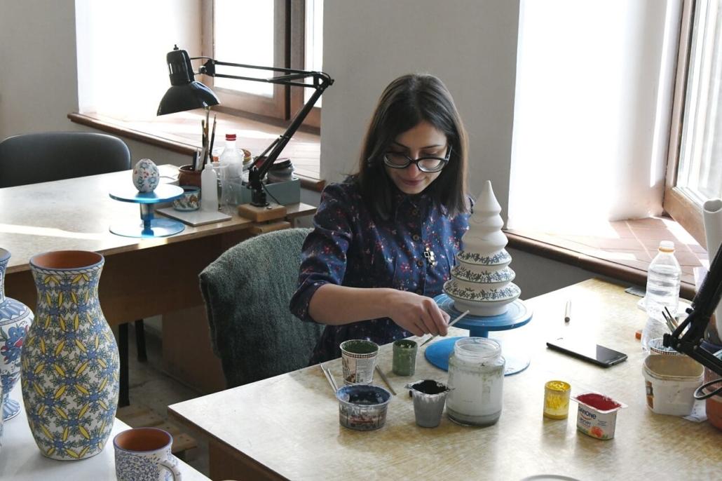 Une décoratrice dans l'atelier